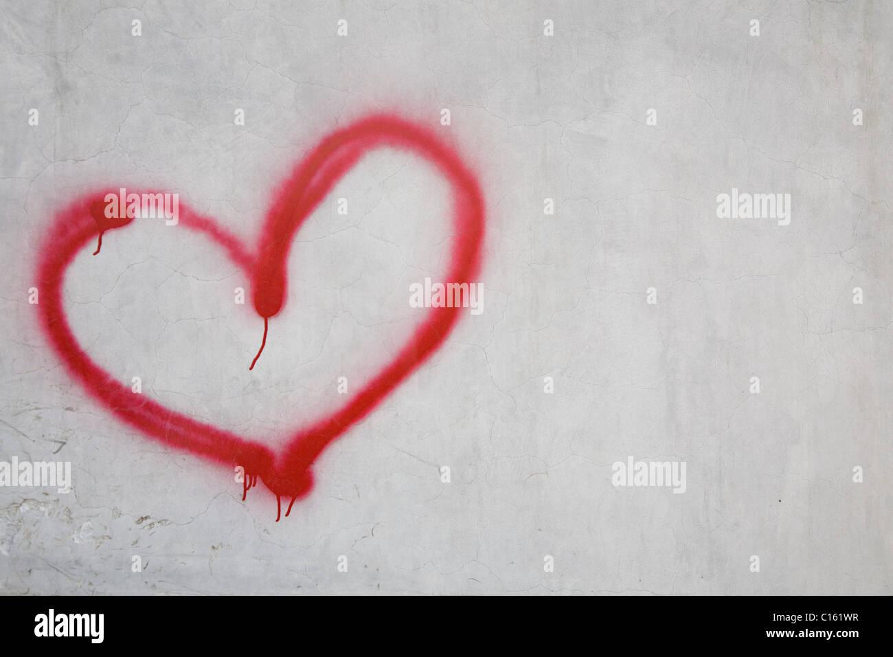 Cuore rosso forma sulla parete bianca Immagini Stock