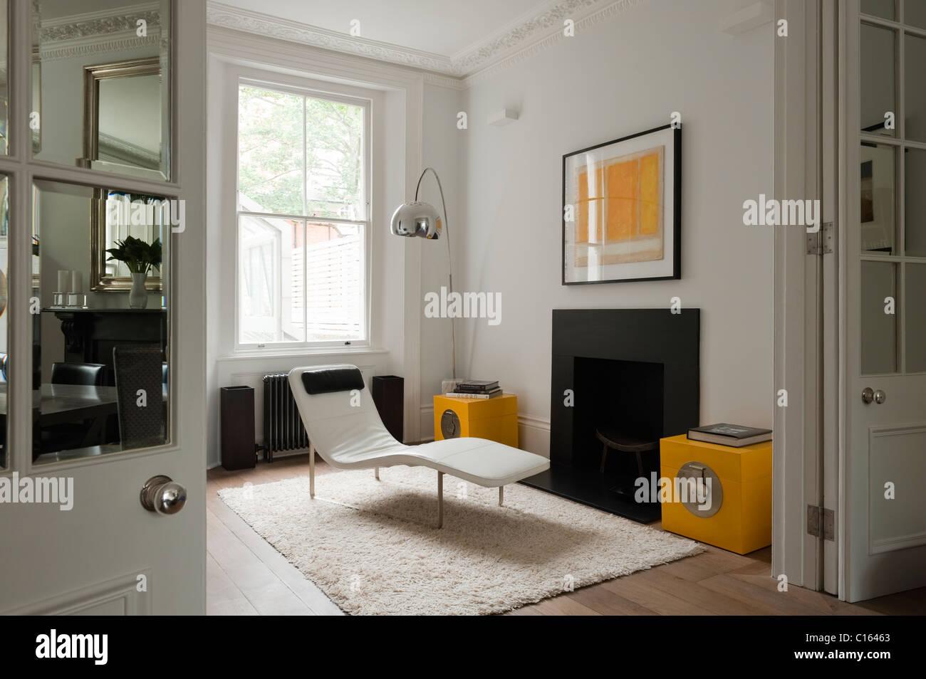 Sdraio e di arco lampada in camera con accento giallo nel XIX secolo Kensington home Immagini Stock