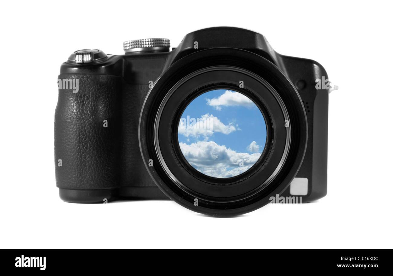 Apparecchiatura digitale oggetto nero collage fotografico blu cielo lente cloud sfondo bianco isolamento isolare Immagini Stock