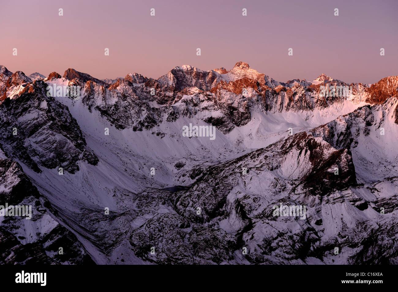 Coperta di neve delle vette alpine di sunrise, Gramais, Lechtal, Reutte, Tirolo, Austria, Europa Immagini Stock