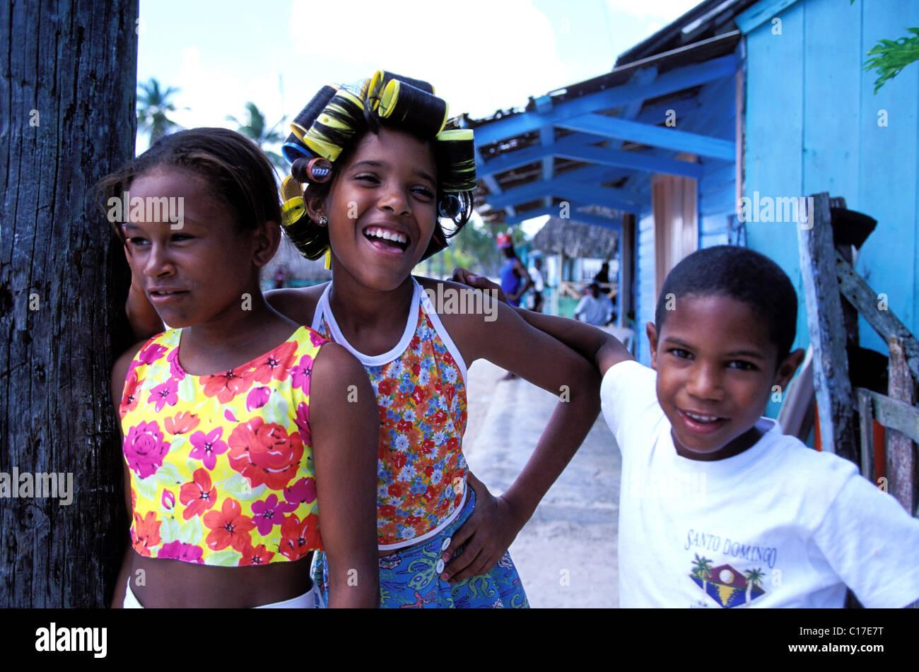 Repubblica Dominicana, Saona Island, ragazze dalla mano Juan village Immagini Stock