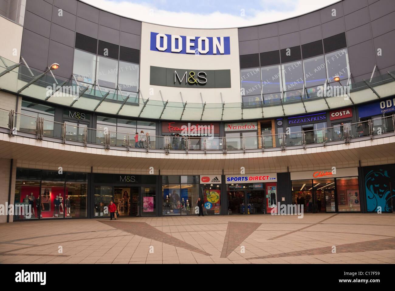 Wrexham, Flintshire, il Galles del Nord, Regno Unito, Gran Bretagna. Aquile Prato centro commerciale con M&S Immagini Stock