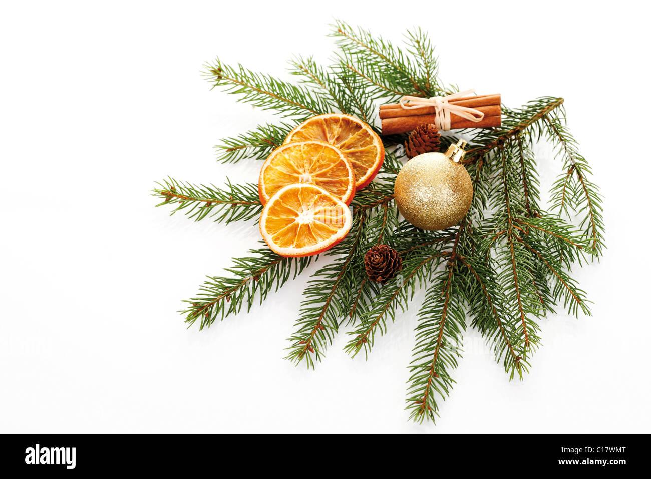 Palline Di Natale Con Rametti rami di abete con un albero di natale pallina, essiccato