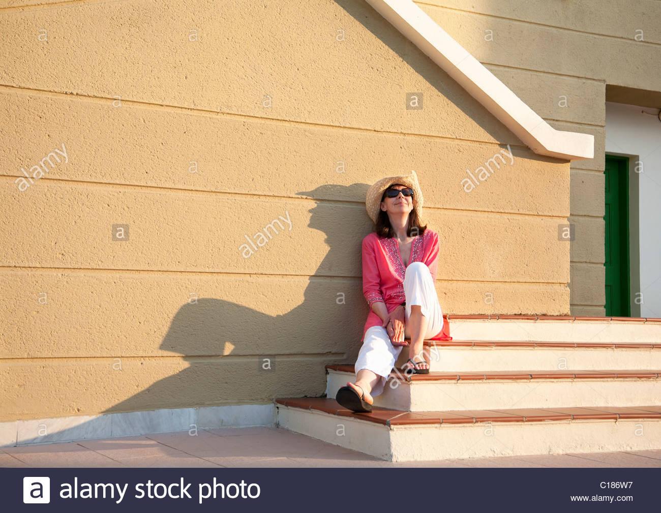 Donna relax nel tardo pomeriggio sun Immagini Stock