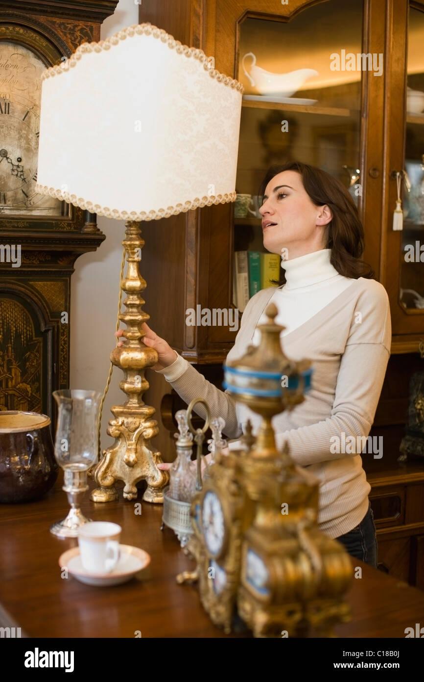 Donna di ispezionare i prodotti in offerta Immagini Stock