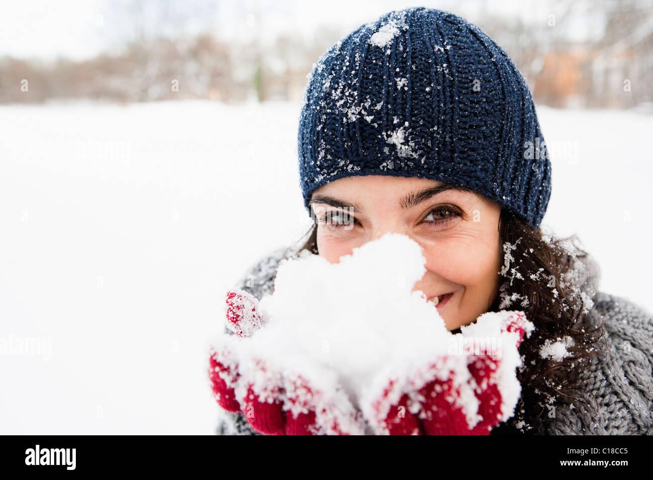 Donna che mantiene la neve in mani Immagini Stock
