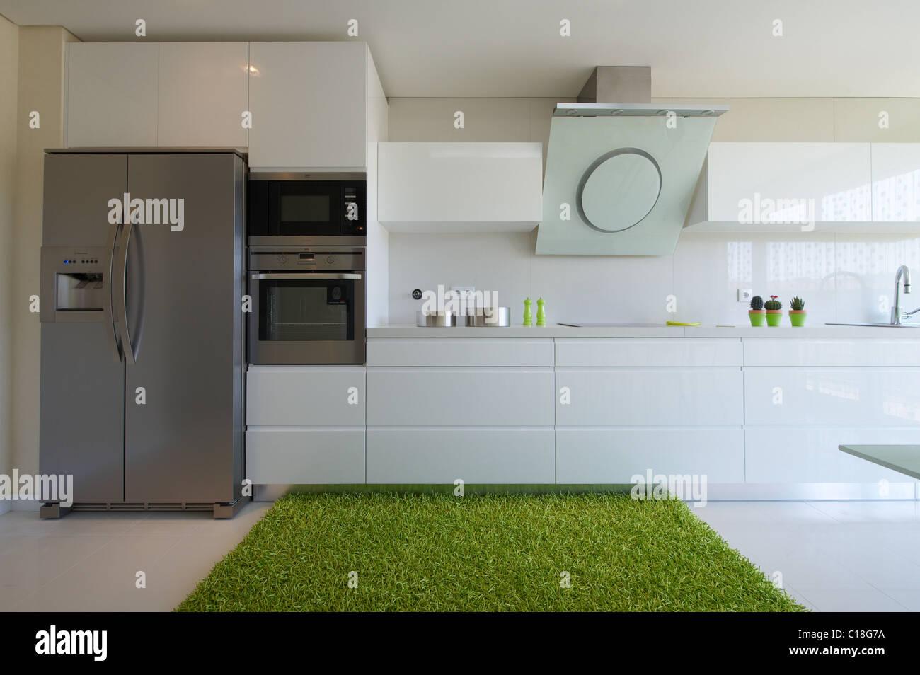 Cucina moderna con decorazione verde Foto & Immagine Stock ...