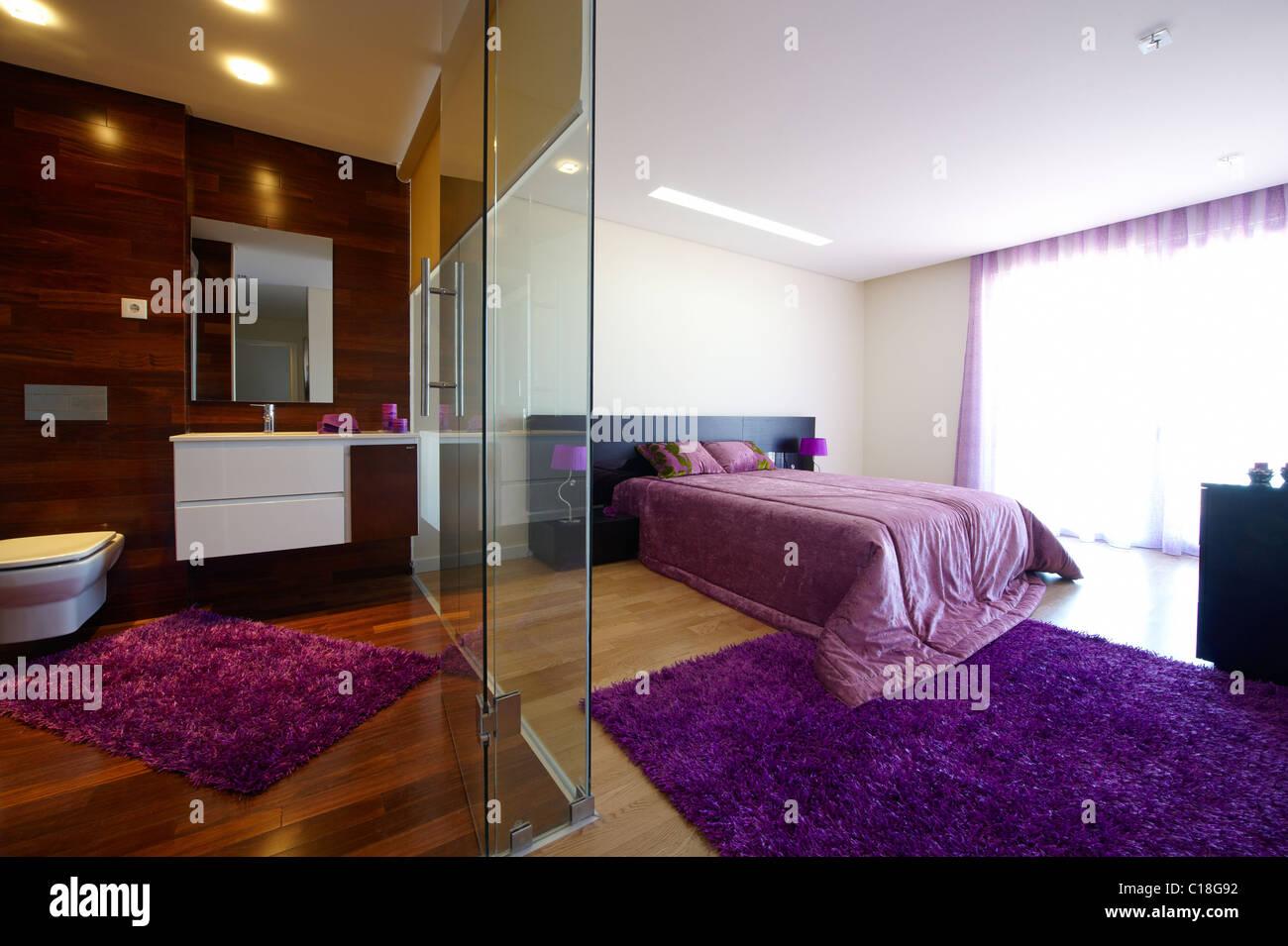 Bagno In Camera Con Vetrata : Camera da letto con bagno separato dal vetro foto & immagine stock