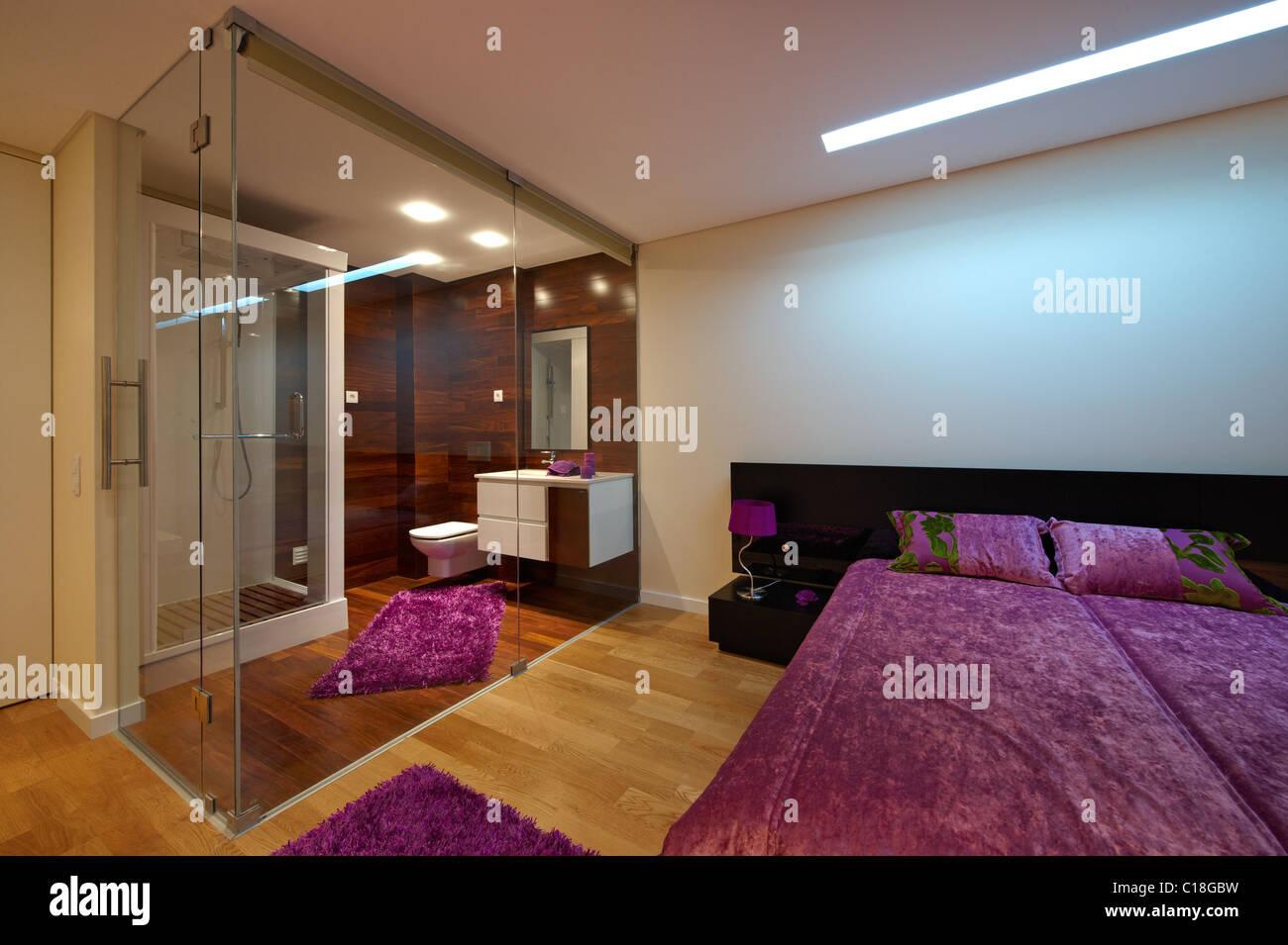 Bagno In Camera Con Vetrata : Camera da letto con stanza da bagno separati da pareti in vetro foto