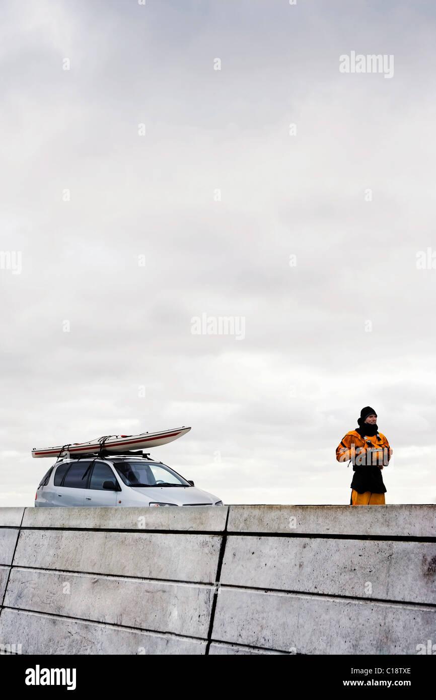 L uomo nella parte anteriore della vettura con il kayak Immagini Stock