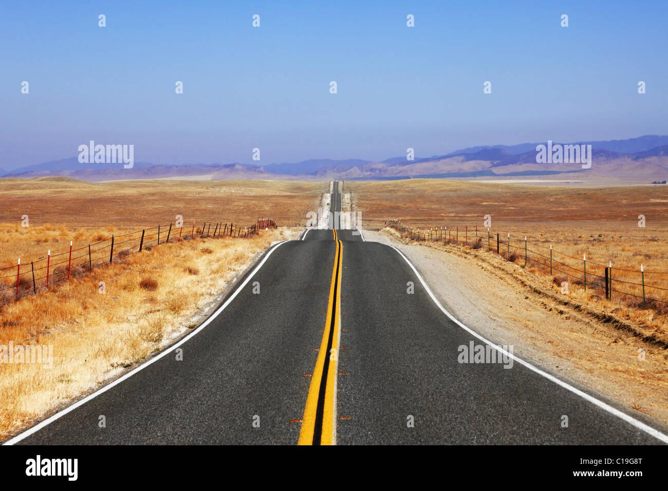Curve brusche di strada su steppe californiano Immagini Stock