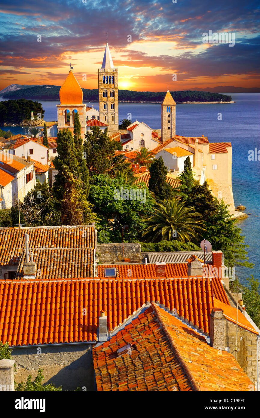 Vista da San Giovanni Chiesa torre oltre la medievale tetti della città di Rab . Isola di Rab, Craotia Immagini Stock