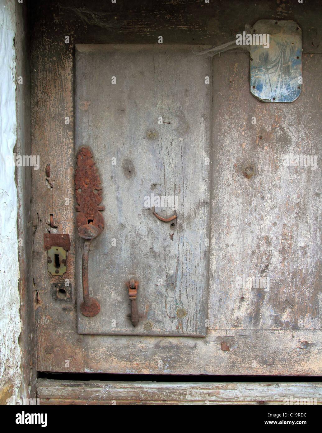 Età compresa tra le porte in legno stagionato architettura vintage dettaglio Immagini Stock