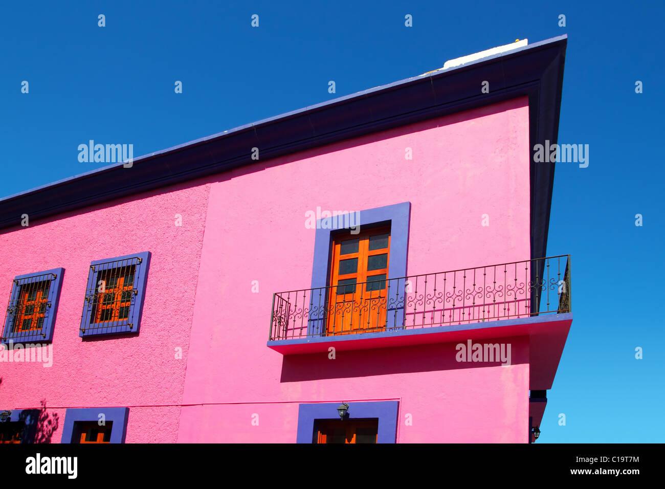Messicano casa rosa facciata dettaglio porte in legno Immagini Stock