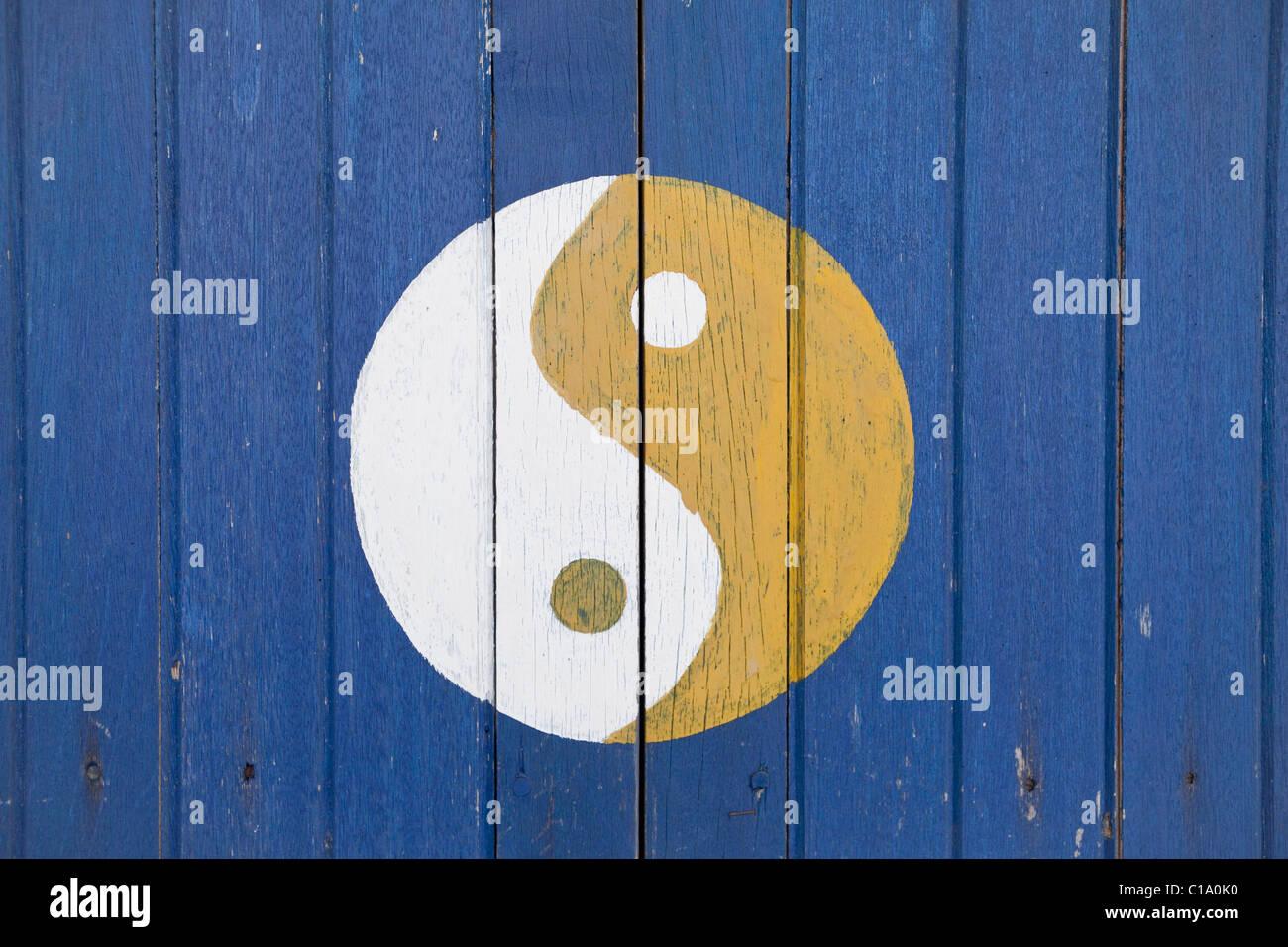Il cinese ying yang o tao simbolo dipinto su persiane in legno Immagini Stock