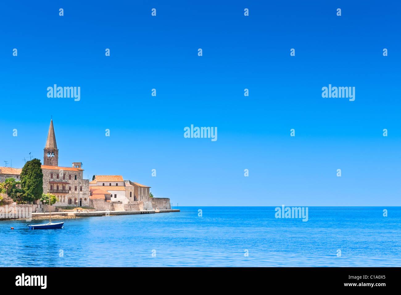 Porec città vecchia in Croazia, costa adriatica, Istria regione, popolare meta turistica. Copyspace sul cielo Immagini Stock