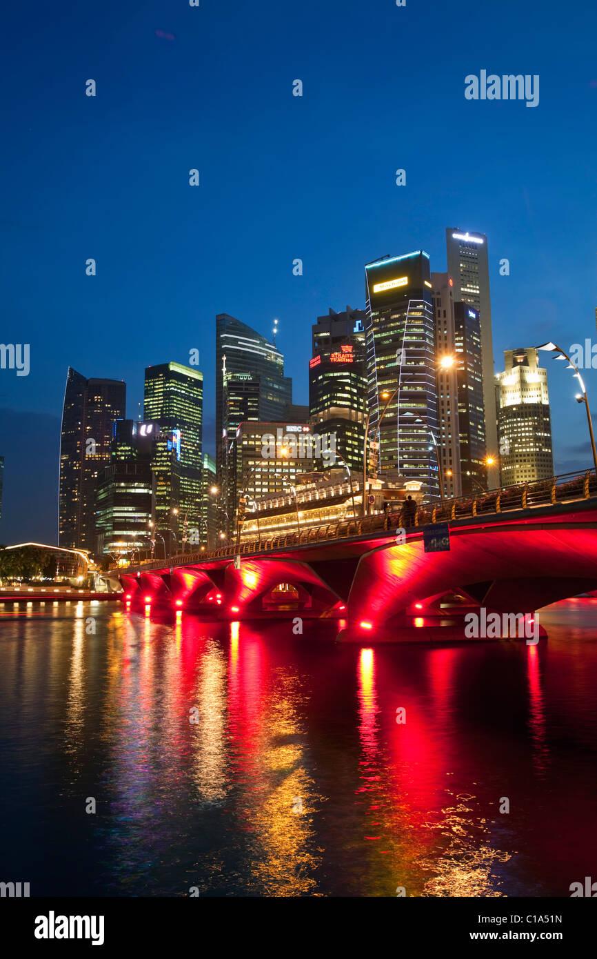 Il Fullerton Hotel e dello skyline della città vista dalla passeggiata lungomare. Il Marina Bay, Singapore Foto Stock