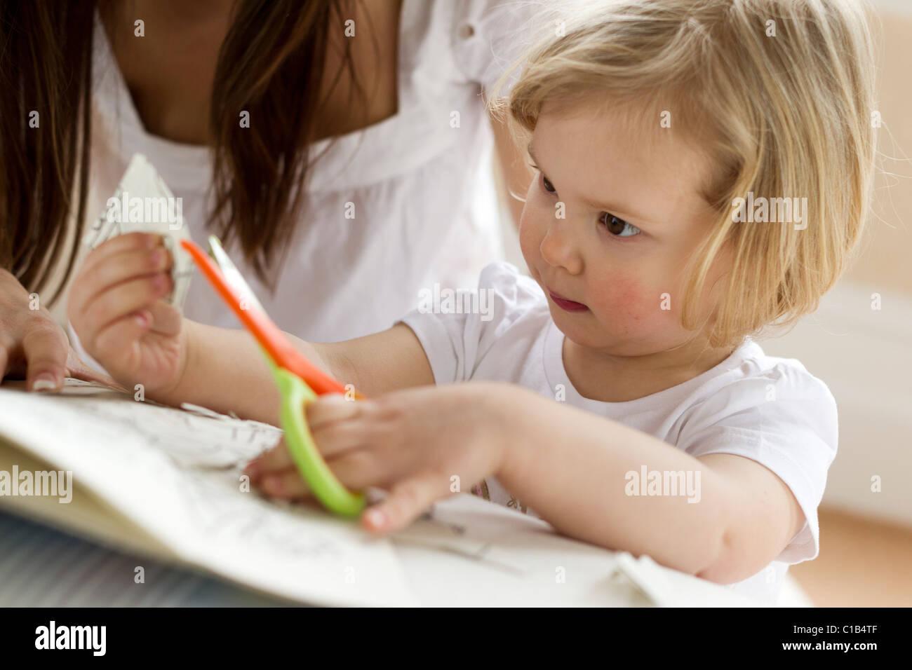 Bambino utilizzando delle forbici Immagini Stock