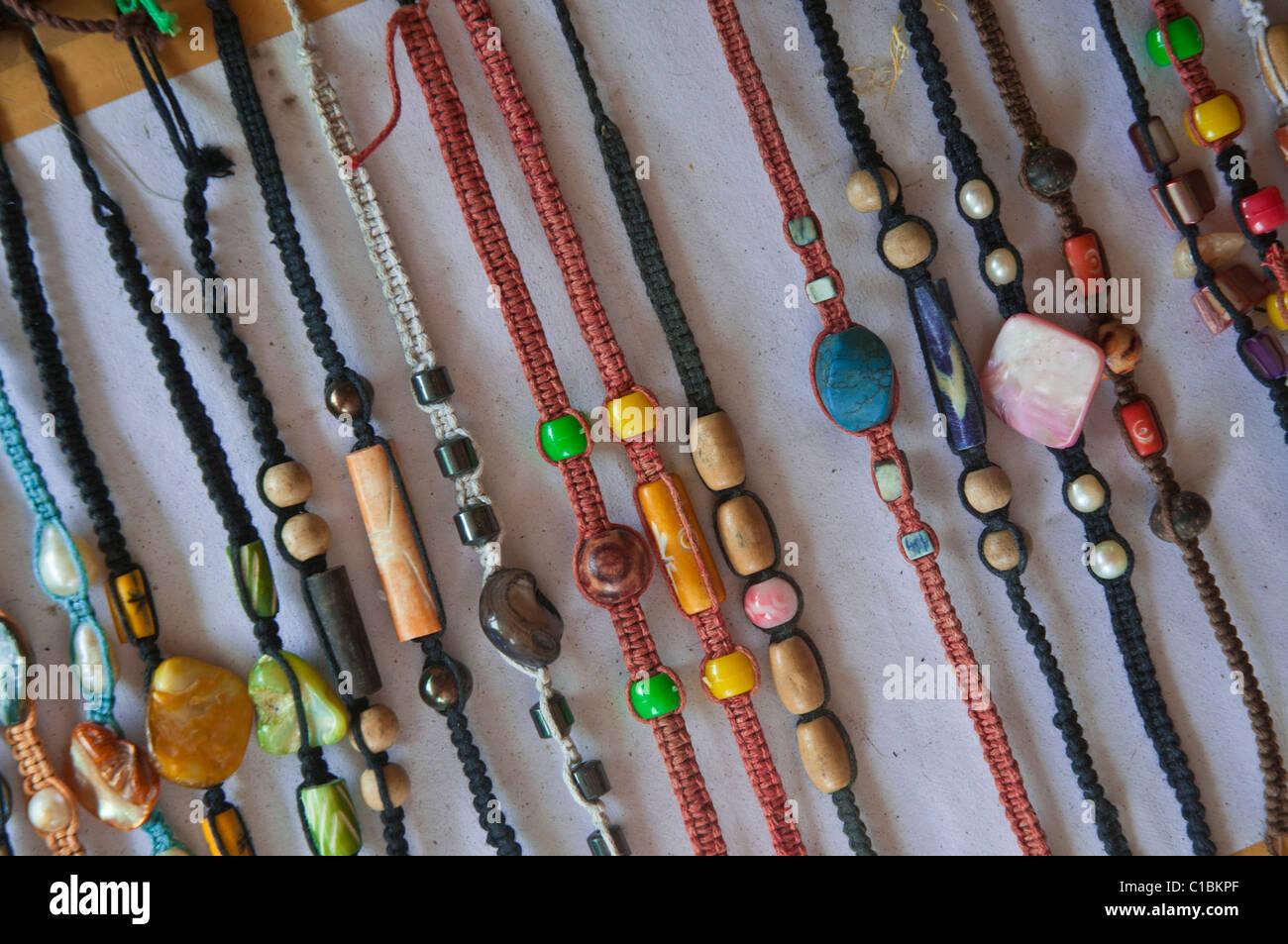 Souvenir economici bracciali in vendita in Indonesia Immagini Stock