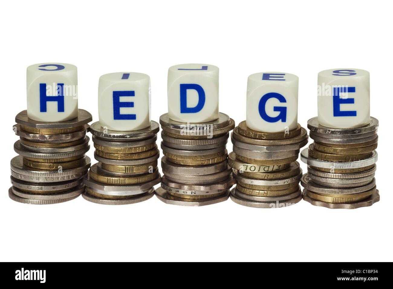 Pile di monete con la parola hedge isolati su sfondo bianco Immagini Stock