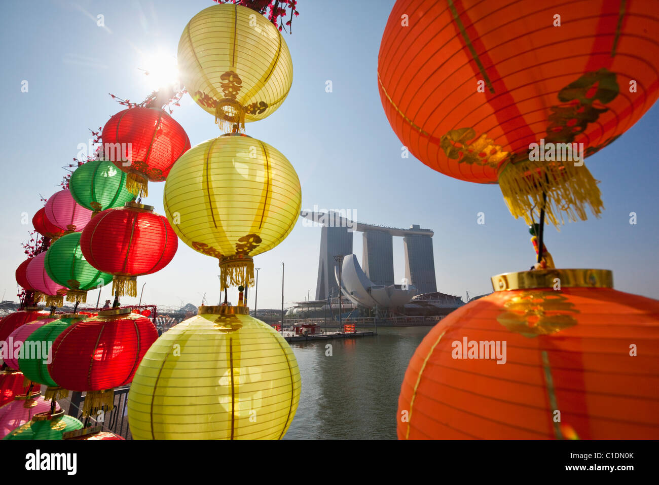 Il Marina Bay Sands Singapore osservata attraverso il Capodanno cinese decorazioni. Il Marina Bay, Singapore Foto Stock