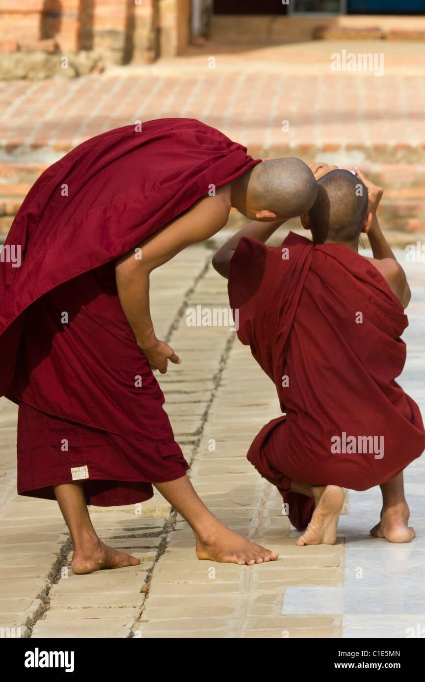 I monaci controllo immagine nel mirino della fotocamera, Sulamani Temple, Minnanthu villaggio, a sud-ovest di Bagan, Immagini Stock
