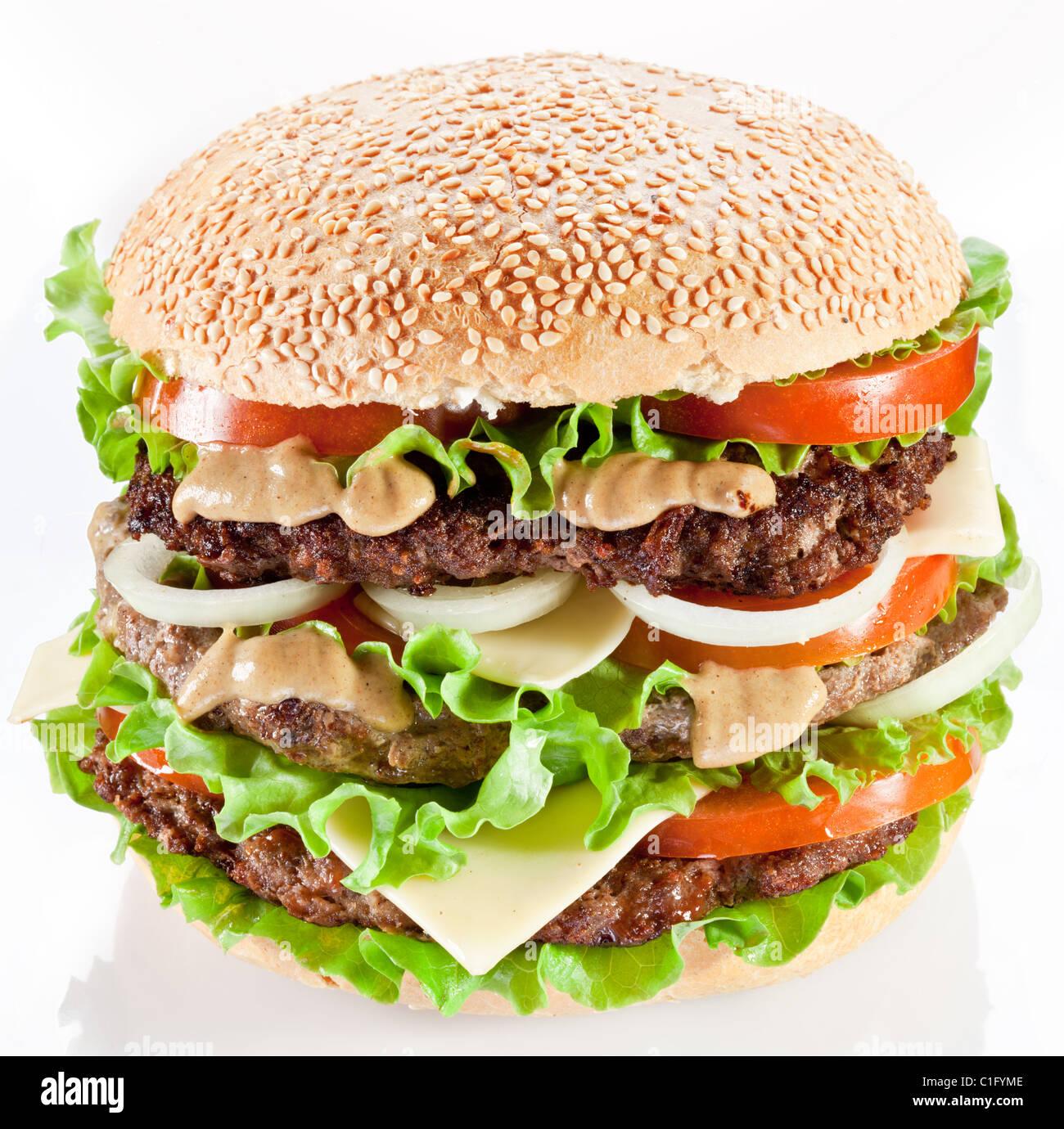 Gustoso hamburger su sfondo bianco. Immagini Stock