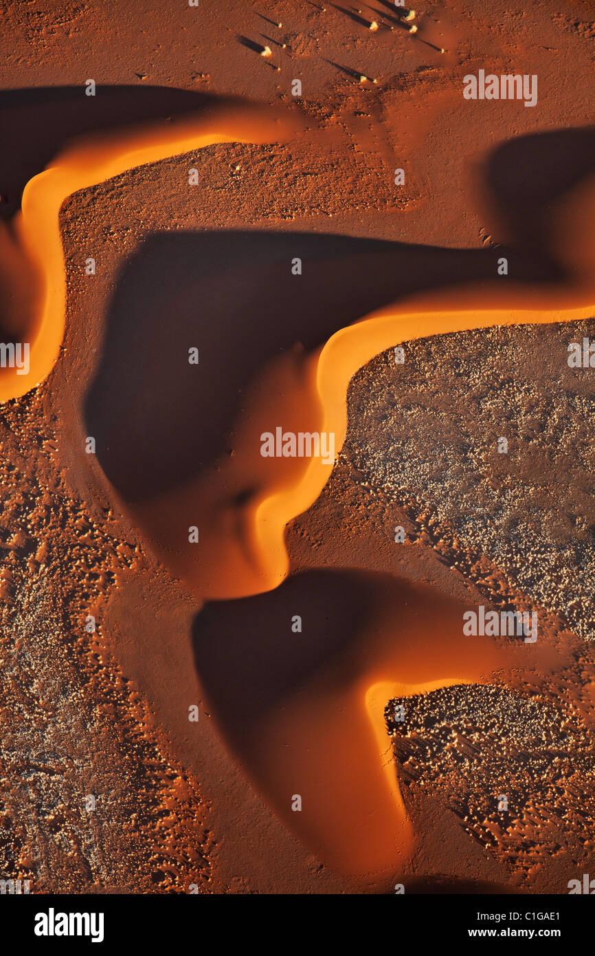 Sunrise migliora disegni realizzati da dune di sabbia. Sossusvlei nel deserto del Namib. Namib-Naukluft N.P, Namibia. Foto Stock