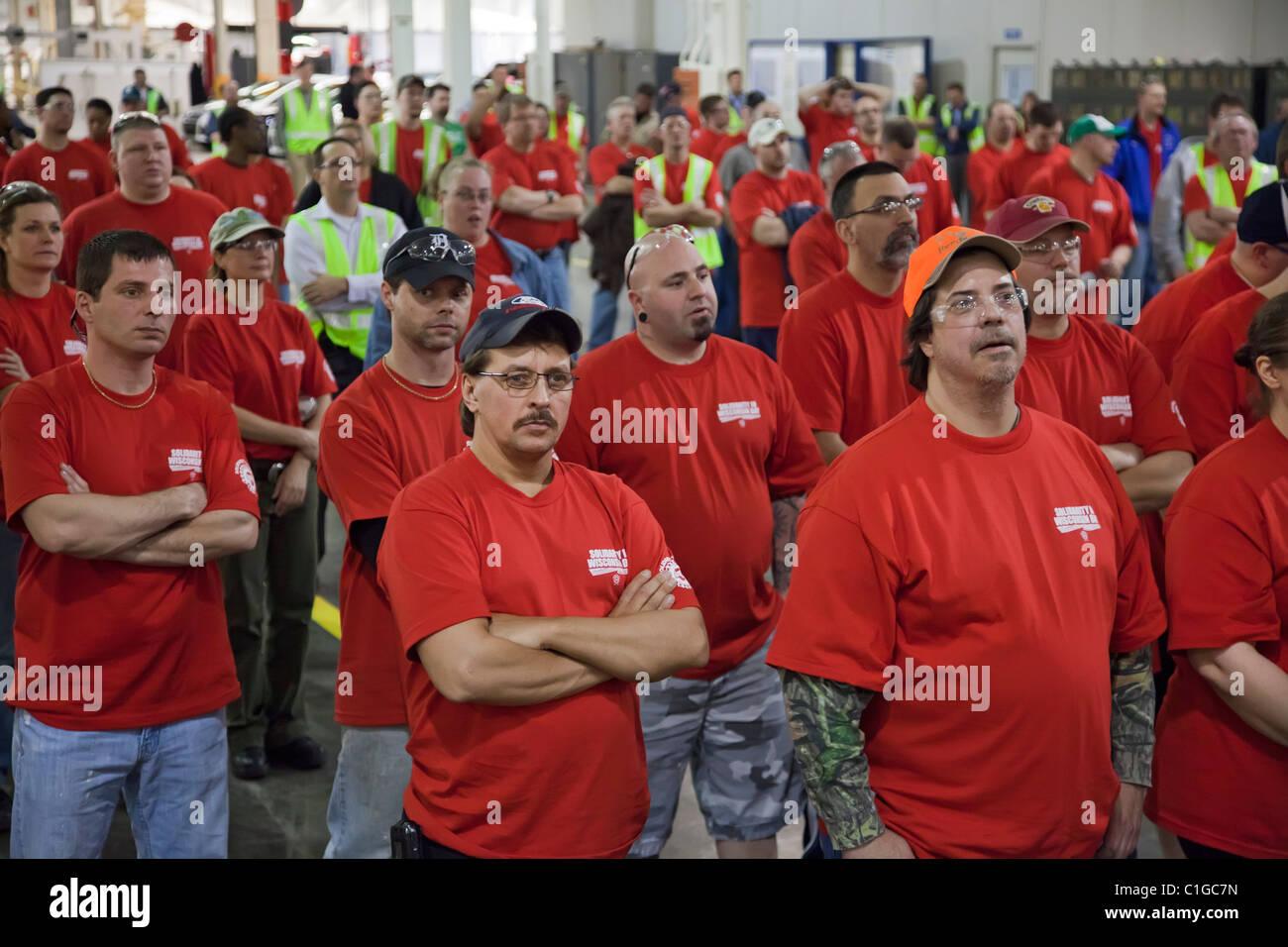 Auto di lavoratori presso Ford Motor Co. del gruppo del Michigan usura degli impianti t-shirt rosse in solidarietà Immagini Stock