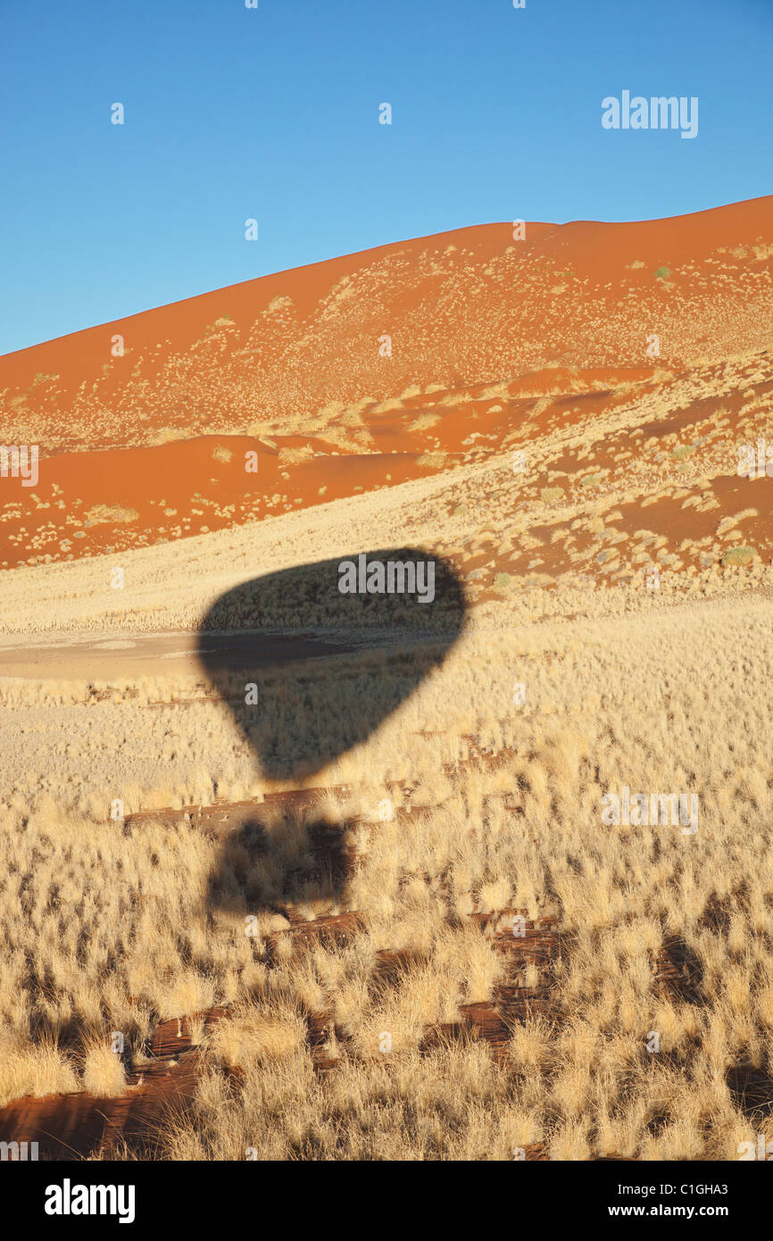 Ombra della mongolfiera sopra il deserto del Namib. Parco Namib-Naukluft, Namibia Immagini Stock