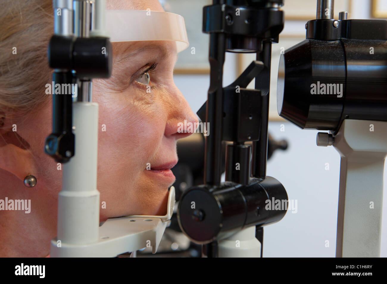 Donna getting occhio esame con lampada a fessura foto immagine