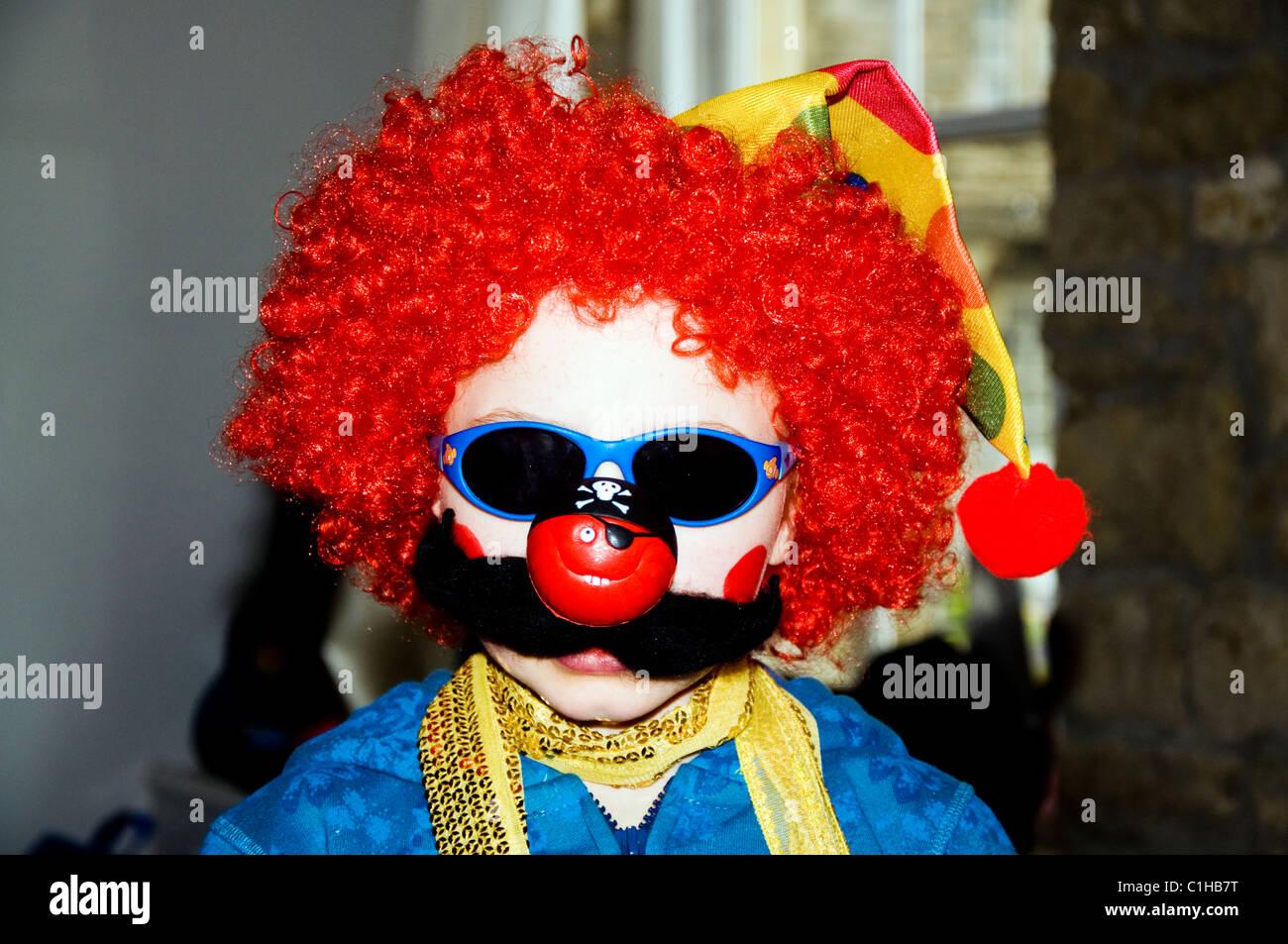 Naso rosso giorno un bambino vestito in abiti fantasiosi per l annuale  evento di beneficenza a11faf5a3c3