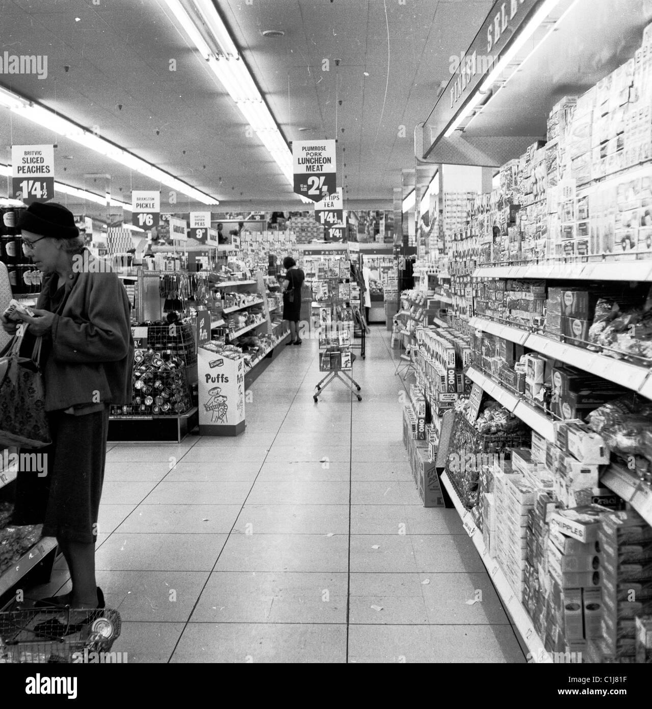 Anni sessanta, foto storiche, un nuovo tipo di negozio di alimentari, un grande e bel tariffa self-service shop, Immagini Stock