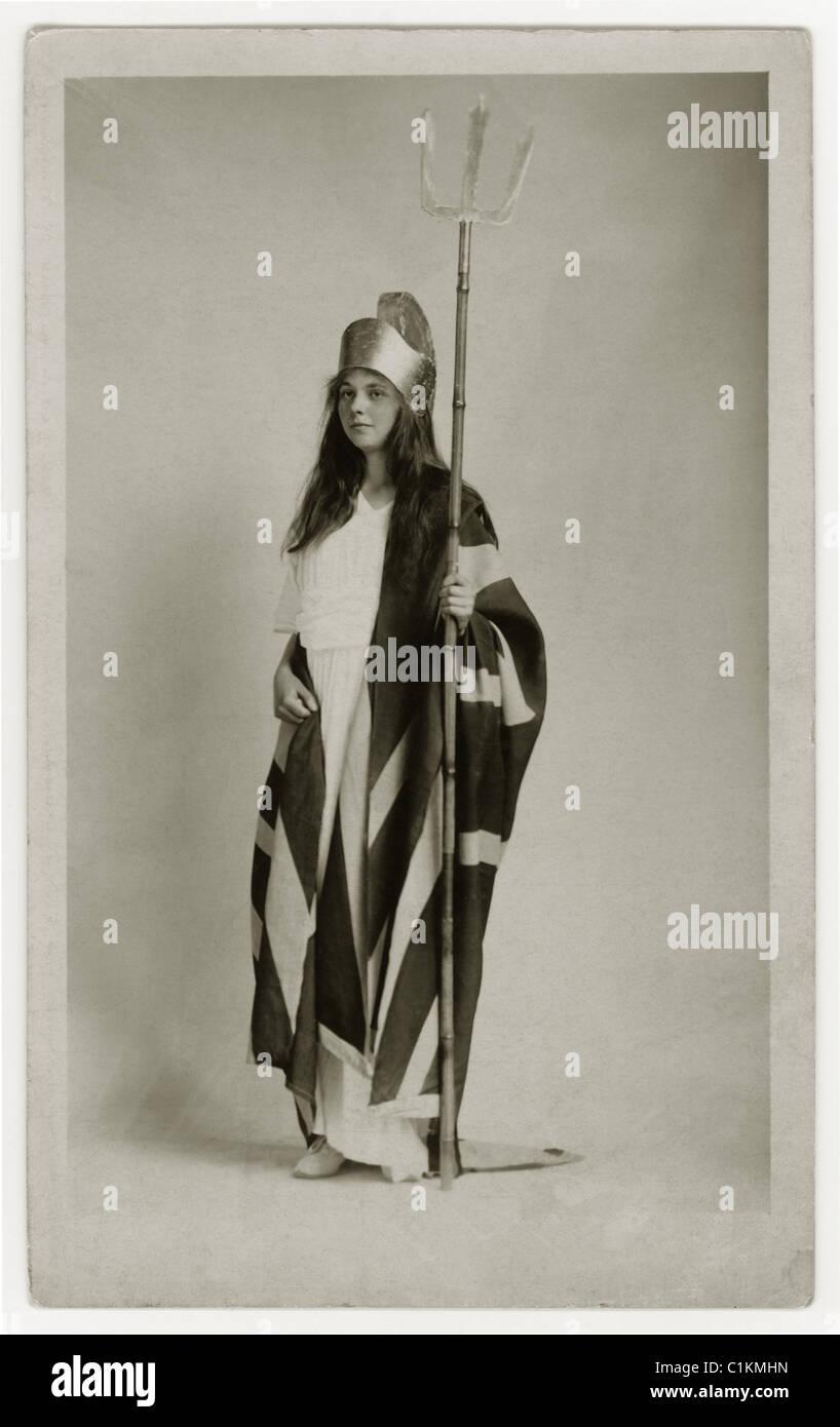 Cartolina RAFFIGURANTE GIOVANE Edwardian bambina indossa un costume di Britannia per Empire giorno, London, Regno Immagini Stock