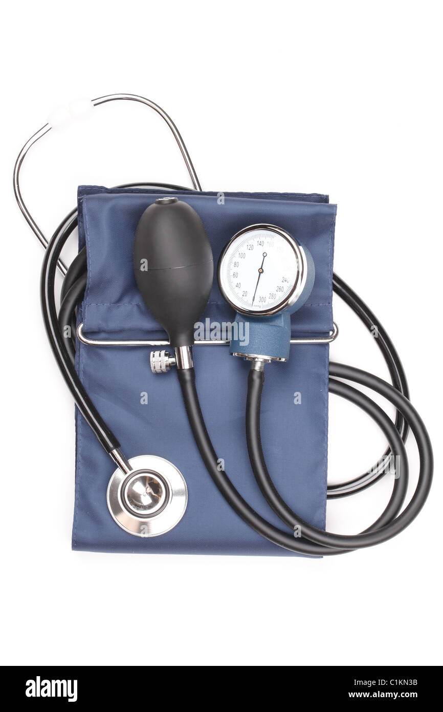 Bracciale per la misurazione della pressione sanguigna,isolato su bianco. Immagini Stock