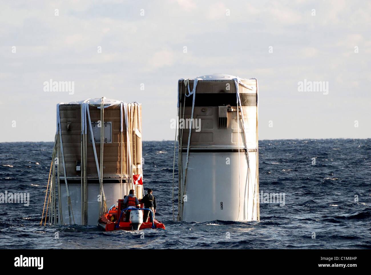 Space Shuttle solid rocket boosters essendo recuperati dall'Oceano Atlantico Immagini Stock