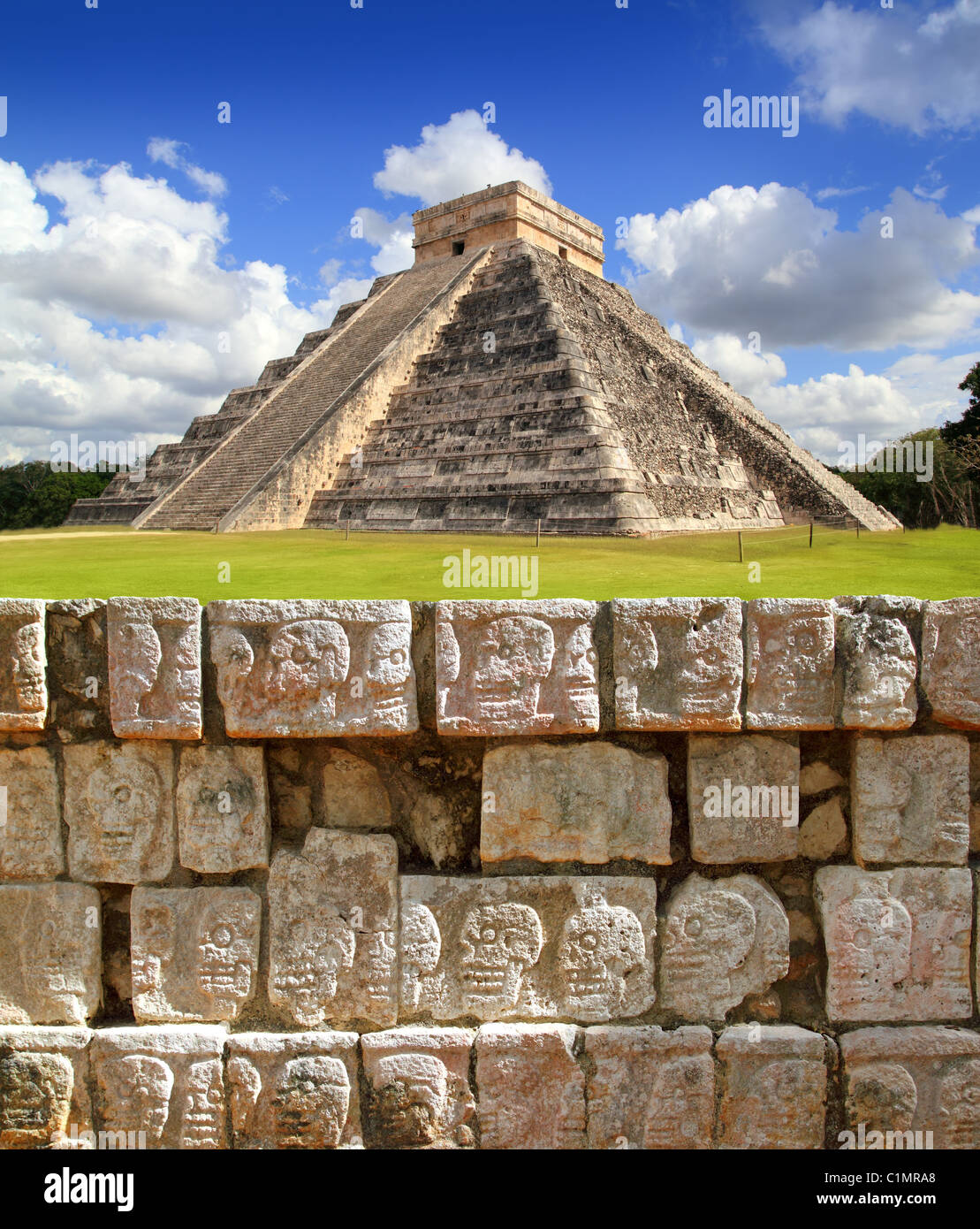 Chichen Itza Tzompantli il muro di teschi e Piramide di Kukulkan Immagini Stock