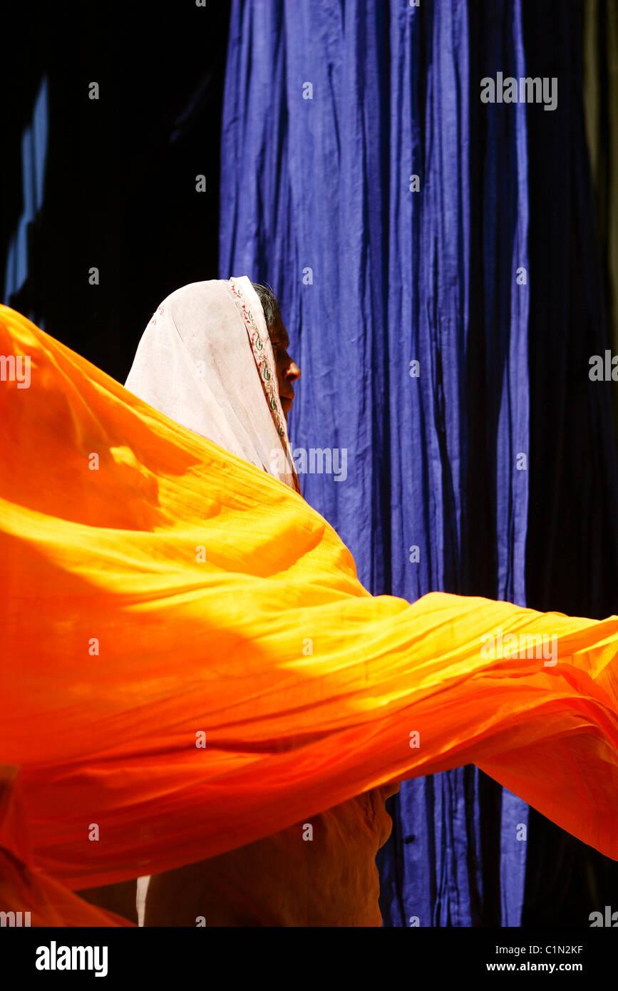 India Rajasthan, strisce di cotone per essiccazione Sari fabbricazione Immagini Stock
