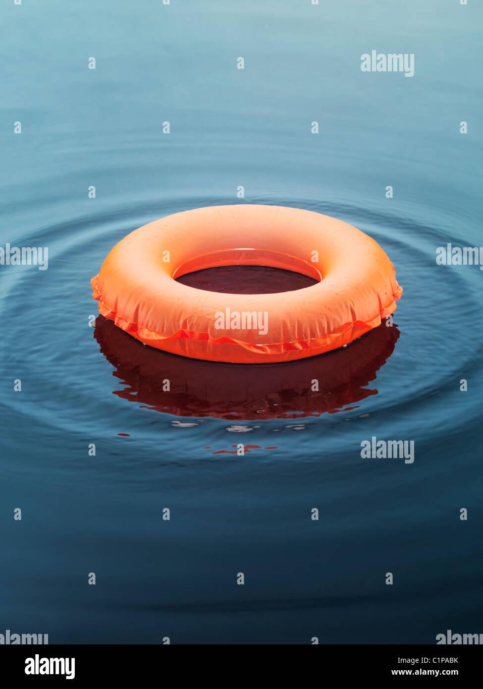 Anello gonfiabile galleggiante sull'acqua Immagini Stock