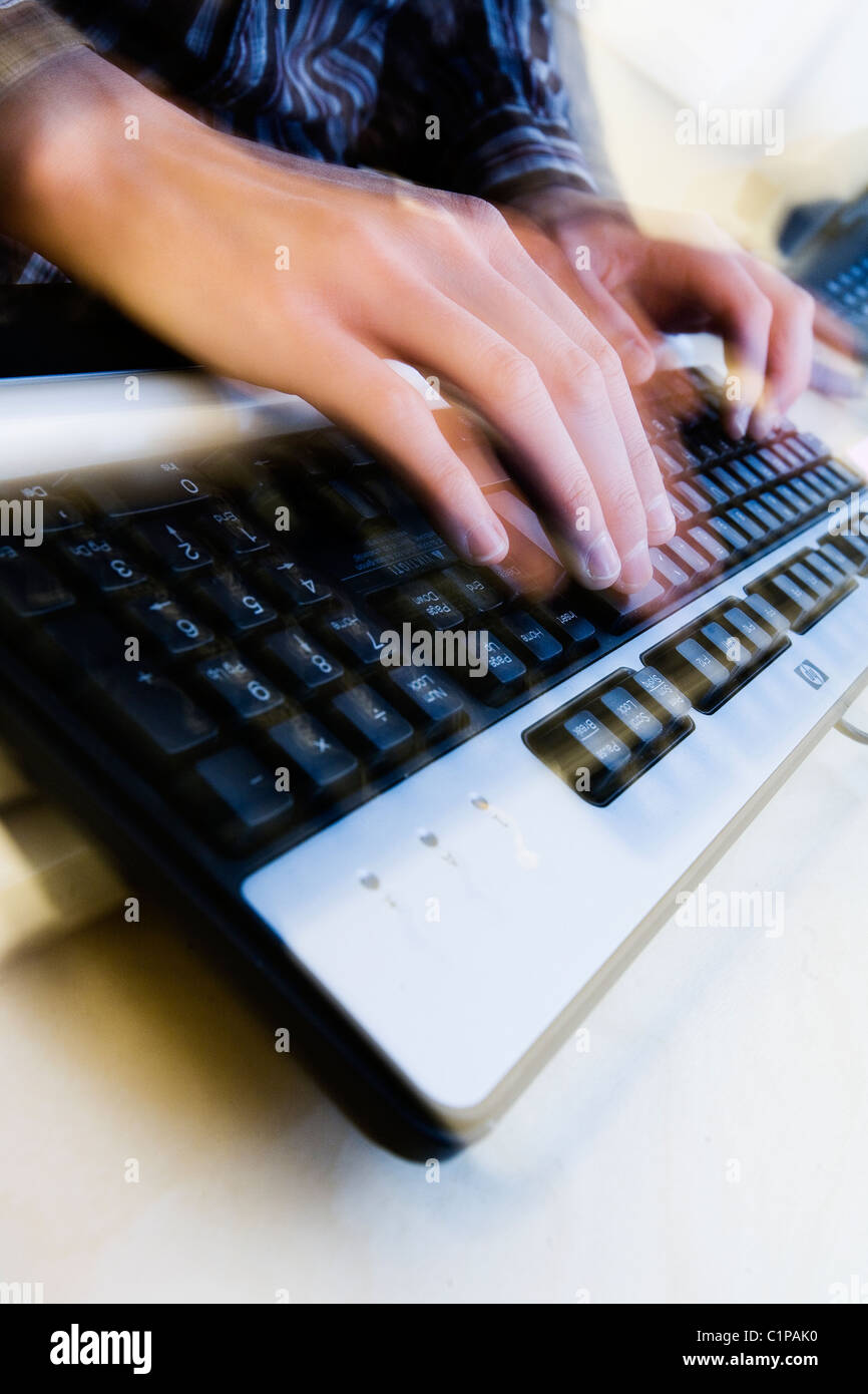 Close-up di donna digitando sulla tastiera del computer Immagini Stock