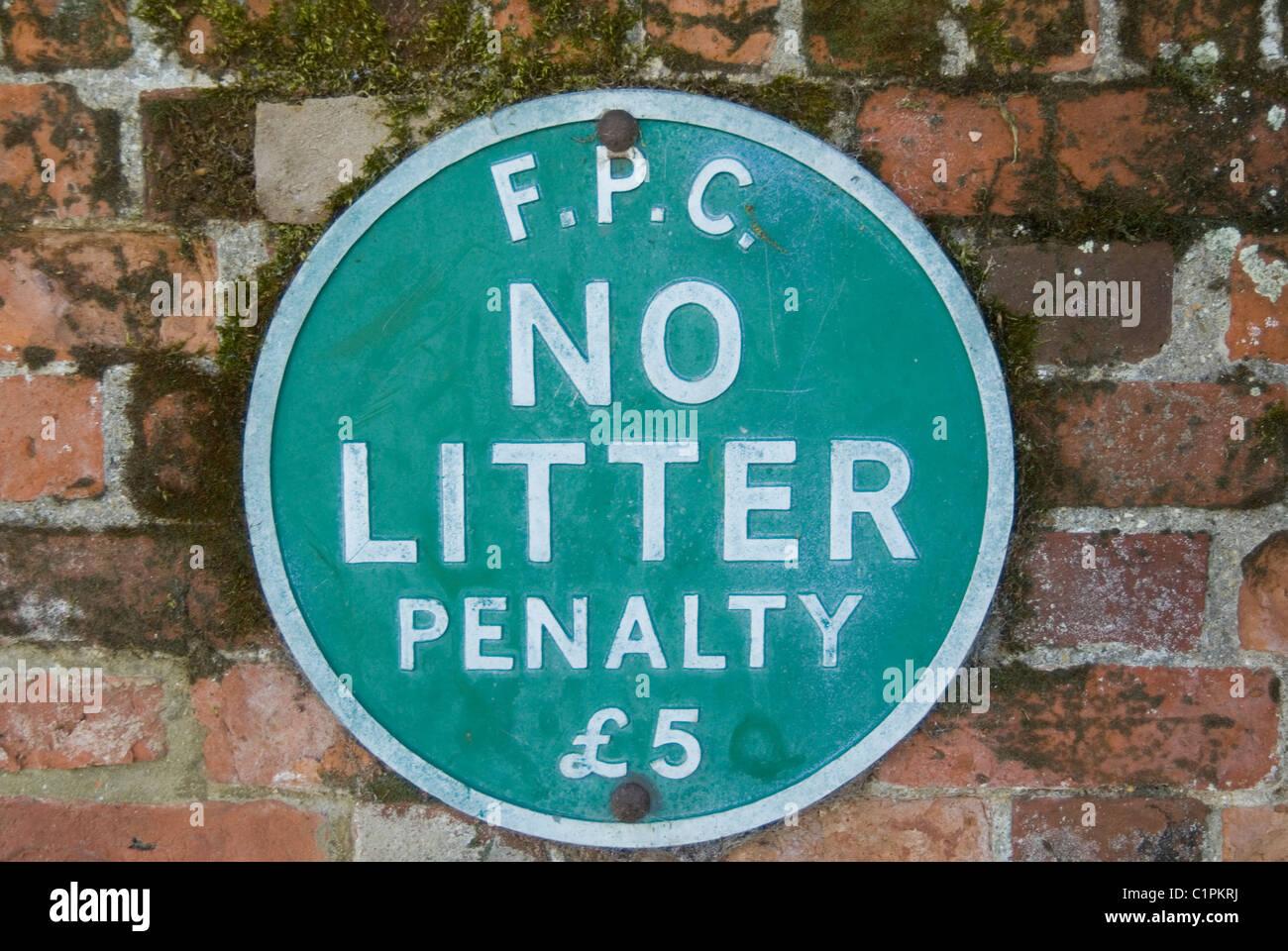 Inghilterra, Essex, Finchingfield, vecchio nessun segno littr sul muro di mattoni Immagini Stock