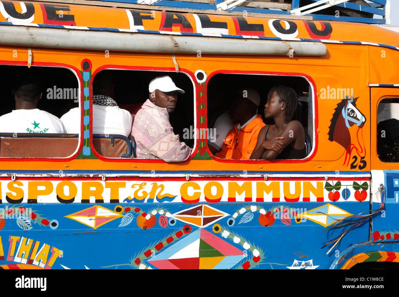 Il Senegal, Dakar: tradizionale autobus pubblici Immagini Stock