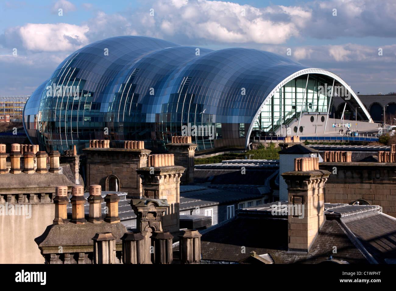 Vista diurna del Sage Gateshead, con Tetti e camini in primo piano, Gateshead, Tyne and Wear Immagini Stock