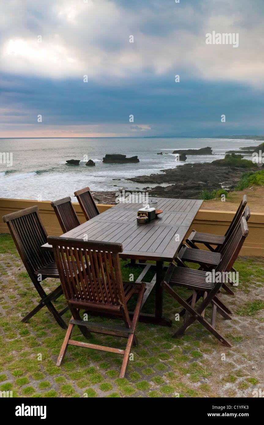 Mobili da esterno con tavolo e sedie e vista mare Immagini Stock