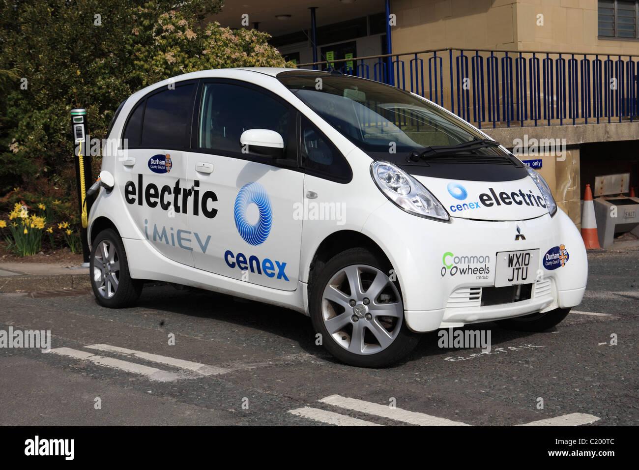 Mitsubishi iMiEV auto elettrica in corrispondenza di un punto di carica al di fuori del County Hall, Durham, NE Immagini Stock