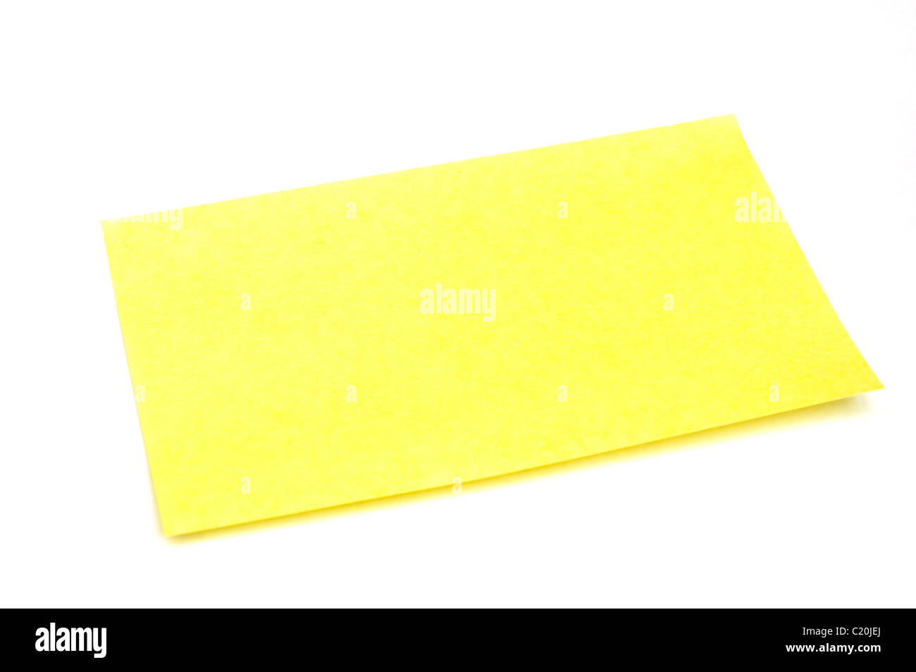 Bigliettino giallo isolato su sfondo bianco con tracciato di ritaglio Immagini Stock