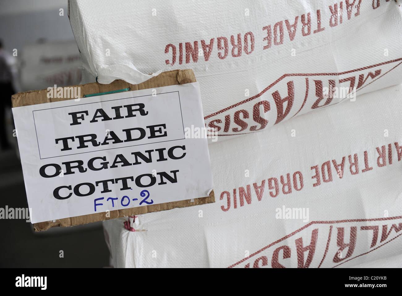 INDIA Tirupur , balla con il commercio equo e solidale e di cotone organico in unità di filatura Immagini Stock