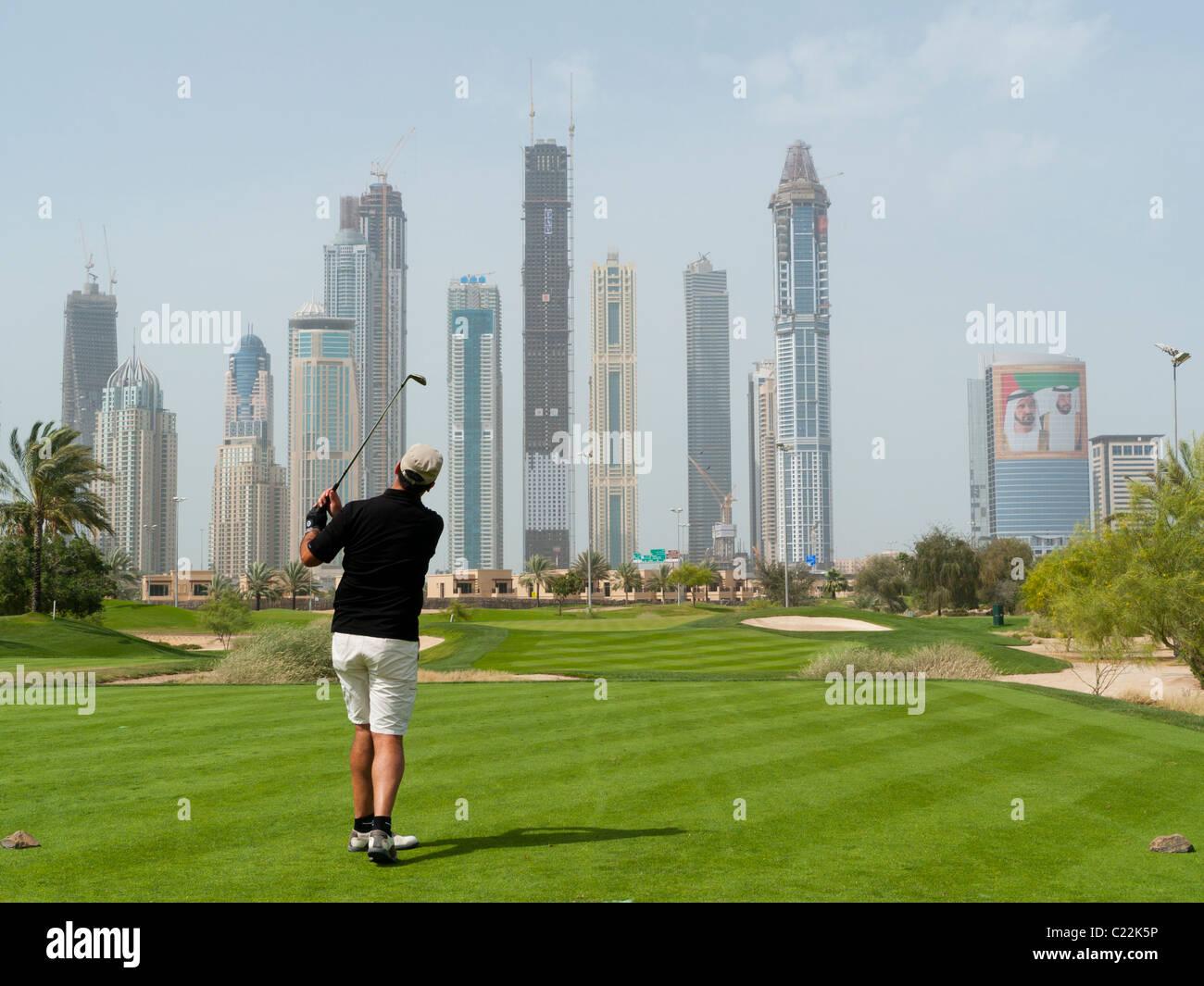 Un uomo giocando a golf presso il Golf Club Emirates a Dubai negli Emirati arabi uniti Immagini Stock