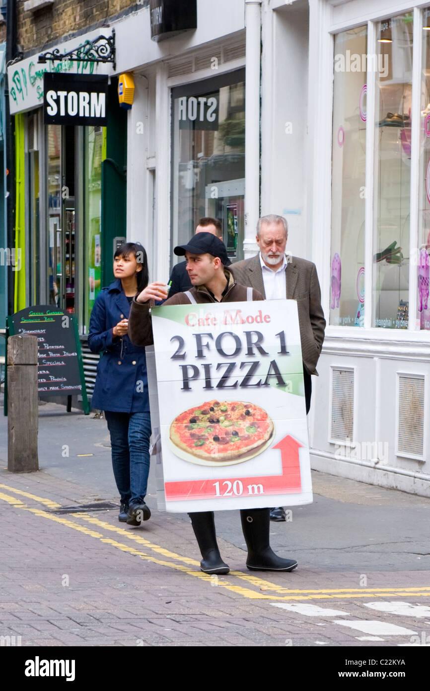 Londra , Covent Garden , scheda di sandwich uomo , in berretto da baseball , Modalità Cafe , 2 per 1 pizza Immagini Stock