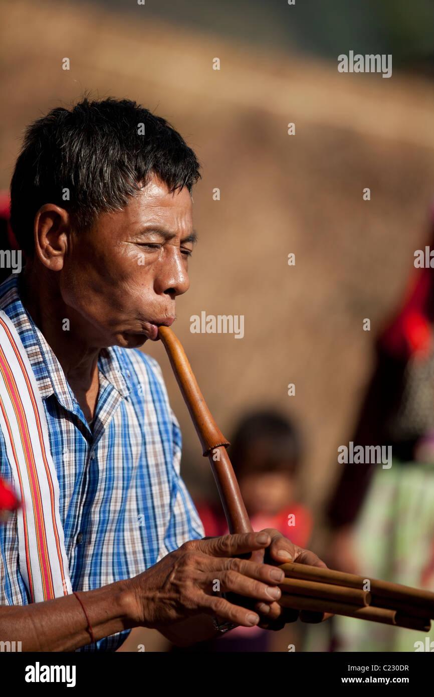 Lisu Hill Tribes man riproduci strumento per la danza, divieto fieno Ko, Mae Salong, Chiang Rai, Thailandia Immagini Stock